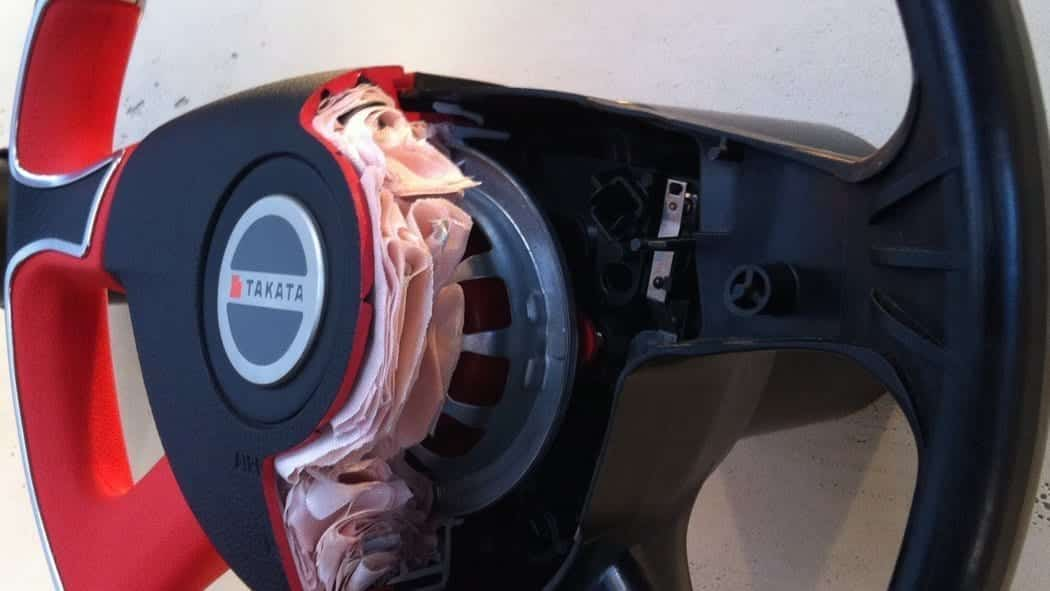 A cutaway of a steering wheel with an air bag. Credit Alexauto321/Wikkimedia Commons.